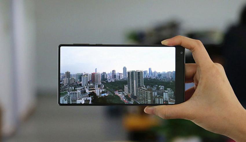 ဖန်သားပြင် ၉၃ ရာခိုင်နှုန်းနီးပါး အပြည့်ပါဝင်ပြီး၊ Curved AMOLED Display နဲ့ ထွက်ရှိလာဖွယ်ရှိတဲ့ Xiaomi Mi MIX 2